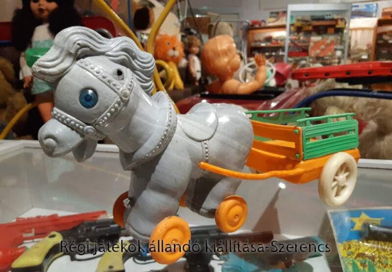 műanyag retro lovasfogat